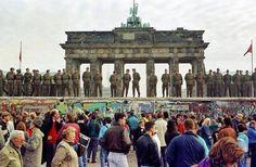 """""""Mi primer recuerdo del Muro de Berlín corresponde al domingo en que comenzaron la levantarlo"""". Frank Buhleman hace una pausa antes de seguir escudriñando en una serie de"""