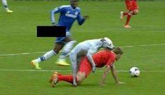 Steven Gerrard klęczy na boisku piłkarskim • Pies podszedł do Anglika i ładuje go od tyłu • Wejdź i zobacz zabawny mem Gerrarda >> #gerrard #liverpool #football #soccer #sports #pilkanozna #funny #memes