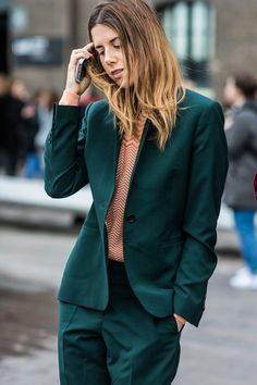 With London Fashion Week in full style swing, take a look at the best street looks spotted outside the shows at London Fashion Week. Green Suit Women, Suits For Women, Clothes For Women, Paar Style, Business Outfit Frau, Chic Outfits, Fashion Outfits, Street Looks, Ladies Of London