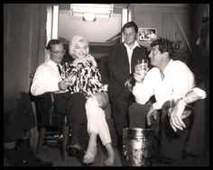 """Wally Cox, Marilyn Monroe & Dean Martin on the set of """"Something's Got To… Norma Jean Marilyn Monroe, Marilyn Monroe Photos, Old Hollywood, Hollywood Glamour, Hollywood Stars, Actor Studio, Dean Martin, Norma Jeane, Fotografia"""