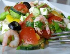 Необходимо: 1. Креветки - 500 г 2. Несколько свежих помидор 3. Пара свежих огурцов 4. Половина болгарского перца 5. Рассольный сыр (Брынза, Фета или другой) - 80 г 6. Дюжина маслин 7. Листья