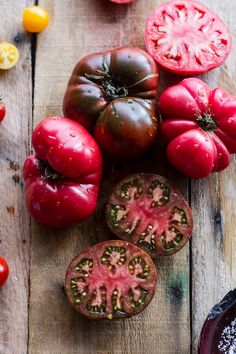 """foodffs: """"Caramelized Corn and Heirloom Tomato Galette w/Herbed Roasted Garlic Goat Cheese. Really nice recipes. Heirloom Tomatoes, Fruit And Veg, Fruits And Vegetables, Vegetables List, Half Baked Harvest, Roasted Garlic, Roasted Tomatoes, Goat Cheese, Still Life"""