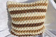 Hier ein Kissen mit einem gehäkelten Bezug aus Wolle (50 % Wolle, 50 % Polyacryl, daher Wollwaschprogramm möglich, bitte keinen Weichspüler benutzen) mit überkreuzten Stäbchenrüschen auf der...