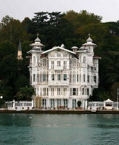 (̏◕◊◕)̋  Interesting Home on the Bosphorus in Istanbul, Turkey. One of the many homes of the very affluent along the Bosphorus. Unusual architecture.