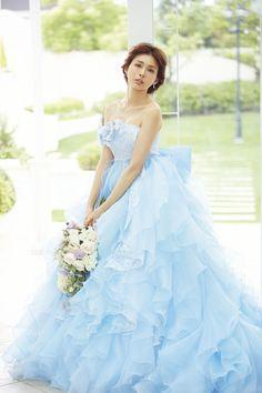 A Liliale 押切もえ  ID  MOE0048 BLUE  RENTAL_PRICE  ¥270,000  COMMENT  トレンド感満載のエンパイアカットに、動きのあるフリルを幾重にも重ね合わせた、華やかな一着。ボリュームをおさえたAラインなので、かわいいだけじゃない、オリジナルな魅力が自慢です。胸元のフラワーモチーフや、バックスタイルの大きなリボンがスペシャル感を添えて、大人キュートな花嫁を完成させます。