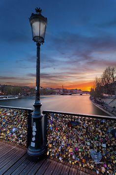 Quand la lumière solaire cède ses rayons aux lampadaires parisiens