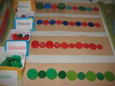 Pattern making with plastic bottle tops. Toddler Learning Activities, Ways Of Learning, Games For Toddlers, Classroom Activities, Early Learning, Kids Learning, Down Syndrom, Grande Section, Toilet Paper Roll Crafts