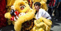 01-fev-2013 - BRASIL - SÃO PAULO - No bairro da Liberdade, em São Paulo, pessoas iniciam as comemorações do Ano Novo chinês. Segundo o calendário lunar chinês, o Ano Novo chinês da serpente começa no dia 10 de fevereiro e termina em 30 de janeiro de 2014. Yasuyoshi Chiba/AFP.