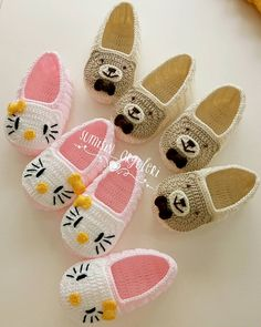 Super crochet slippers for girls for kids Ideas Crochet Sandals, Crochet Slippers, Crochet Baby Booties, Crochet Slipper Pattern, Crochet Motif, Crochet Shawl, Baby Knitting Patterns, Crochet Patterns, Baby Shoes Pattern