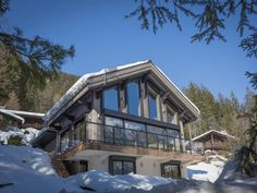 What once was a summer cottage in Chamonix-Mont-Blanc, France is now the updated chalet with a modern, scaled-back, Scandinavian interior. Chalet Design, Chalet Style, Cabin Design, House Design, Alpine Chalet, Ski Chalet, Renovation Facade, Plan Chalet, House Seasons