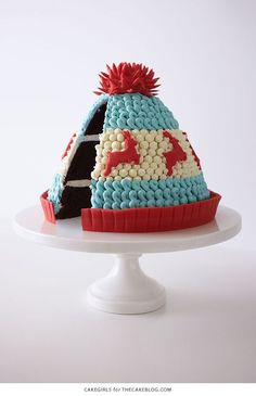 Knitted Winter Hat Cake - adorable Christmas dessert you can make at home Holiday Cakes, Christmas Desserts, Christmas Baking, Holiday Parties, Christmas Cakes, Hat Cake, Savoury Cake, Cakepops, Creative Cakes