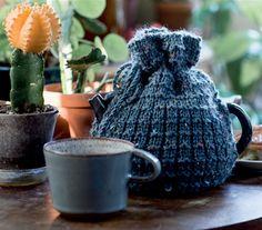 Sæt tempoet lidt ned og hyg dig med et strikketøj. Det varmer sjælen, hænderne – og teen. Denne strikkede tehætte er supernem at lave.