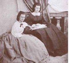 Hélène (à gauche) et sa soeur Sissi