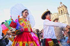 Desfile de delegaciones previo a la Guelaguetza.