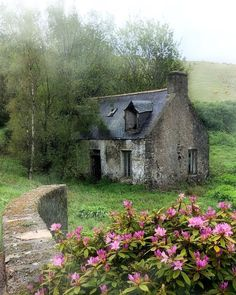 Abandoned cottage in the Highlands of Scotland Stone Cottages, Stone Houses, Abandoned Buildings, Abandoned Places, Aj Photography, Beautiful Homes, Beautiful Places, Wonderful Places, Cozy Cottage