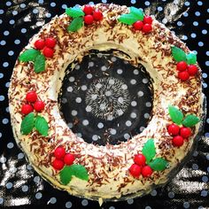 Join biscuits with cream in a springform tin to obtain perfect round shape. Remove sides when it has set and finish covering with cream. Christmas Food Treats, Christmas Deserts, Christmas Lunch, Xmas Food, Christmas Chocolate, Christmas Cupcakes, Christmas Cooking, Christmas Time, Christmas Foods