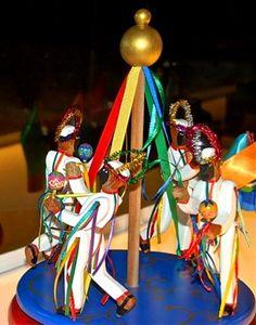 Mario trabaja como artista y artesano en la creación. Sus juguetes saltan, bailan, se mecen y giran. la Parranda de San Juan, los Giros de San Benito y el Velorio de la Cruz de Mayo. El mundo de Mario traspasa todas las fronteras- Venezuela