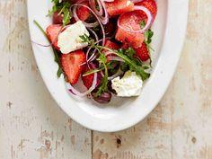 Kesäinen vesimeloni-mansikkasalaatti maistuu lounaana tai grilliruokien lisäkkeenä. Fetajuusto tuo salaattiin ruokaisuutta.