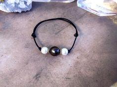 Bracelet perle de tahiti , perles d'eau douce, connecteurs argent , cuir noir (91-7) Cerua pearl
