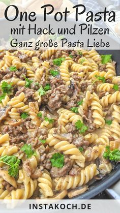 One Pot Pasta mit Hackfleisch und Champignons - Klick dich zum einfachen Rezept One pot pasta with minced meat and mushrooms in a creamy sauce is a delicious and simple one pot recipe that you c Crock Pot Recipes, Healthy Chicken Recipes, Lunch Recipes, Meat Recipes, Pasta Recipes, Healthy Dinner Recipes, Healthy Food, One Pot Meals, Easy Meals