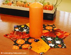 No Sew Halloween Candle Mat - Halloween Crafts Halloween Fabric Crafts, Halloween Sewing Projects, Halloween Quilts, Halloween Placemats, Christmas Fabric Crafts, Christmas Patchwork, Halloween Mignon, Halloween Mug, Halloween Candles