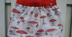 Zelf eenvoudig rokje maken tricot boord luchtige katoen makkelijk kinderkleding maken mooie zomen naaien figuurnaden eenvoudig boord afmeten paddestoelenstof vliegenzwam rode boord hangende muisjes