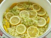 Vyzkoušejte úžasný recept na domácí bezový sirup, kterým se zchladíte vy i celá rodina v horkých letních dnech!