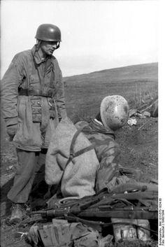 Italien, bei Nettuno.- deutsche Fallschirmjäger stehend und sitzend, Waffen und Ausrüstung auf der Erde liegend
