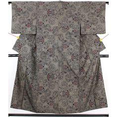 灰茶色のとても細かい織の大島紬です。 梅や楓、藤などをモチーフとした丸文で、一部牡丹の丸文は赤と紫に色がついていてアクセントになっています。  <シチュエーション> 紬系の帯や、染の帯などカジュアルな名古屋帯やおしゃれ袋帯を締めて、普段着使いからおしゃれ着全般に幅広くお使いいただけます。  <風合> さらりとした大島独特の風合いです。 手触りも軽く、すべりもよく着心地も良さそうです。    【楽天市場】大島紬 おおしまつむぎ灰茶色 様々な草花の丸文 【送料無料】 【中古】【リサイクル着物・リサイクルきもの・アンティーク着物・中古着物】:ビスコンティ&きもの忠右衛門