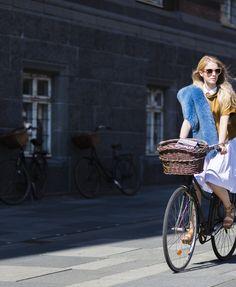 Street Style: Copenhagen Fashion Week inspiração para andar de bicicleta com estilo