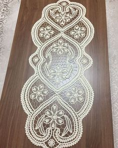 This Pin was discovered by fat Crochet Table Runner, Lace Table Runners, Crochet Tablecloth, Crochet Home, Crochet Motif, Crochet Patterns, Bobbin Lace Patterns, Hand Embroidery Patterns, Romanian Lace