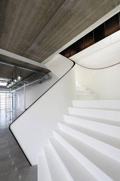 Escaliers blancs arrondis