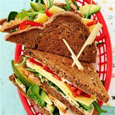 Clubsandwich met kip en avocado
