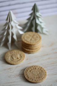 Tündérsüti: Pecsétes fahéjas keksz Feta, Place Card Holders, Cheese, Cookies, Baking, Cake, Recipes, Winter, Kitchen
