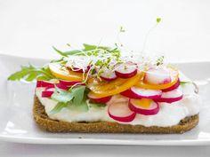 Brötchen mit saurer Sahne, Tomaten, Radieschen und Rauke ist ein Rezept mit frischen Zutaten aus der Kategorie Fruchtgemüse. Probieren Sie dieses und weitere Rezepte von EAT SMARTER!