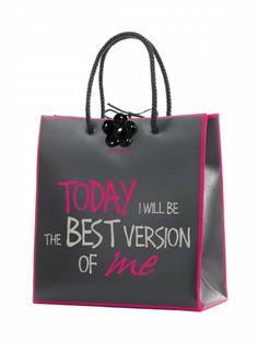 Borsa Le Pandorine linea Sa.bo. – Shopping bag in pvc opaco con doppi manici in ecopelle intrecciata.Grafica:today I will be the best version of meColore:Dark Grey e PinkMateriale: PvcDimensioni: 35x37x15 cm