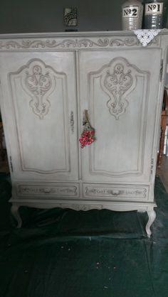 Deze oude kast gerestyled,en n antieklook gegeven ,heb de kleur Annie Sloan Paris Grey gebruikt ,ben er erg blij mee !!  Hoop dat het zo op de goede plek komt , Groetjes Jannie