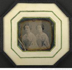 [Portrait de deux jeunes femmes, soeurs jumelles, en buste, de trois-quarts à…