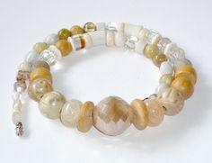 Eine leckere, sahnecremefarbene Zusammenstellung verschiedenster Perlen, präsentiert dieses einzigartige feine Collier.    Aus meiner Sammlung alter P
