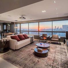Magnífico visual do pôr-do-sol no projeto moderno do escritório Polido Arquitetura. Nós amamos os projetos desse renomado escritório de arquitetura parceiro da De Carli.😍❤️