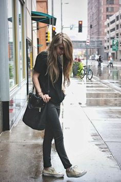 Women's Fashion black shirt + gray leggings + converse = comfy, rainy day outfit