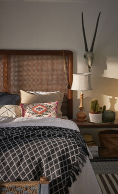 Ganska enkelt med naturliga färgval i grunden med en accent som piggar upp. Snyggt! Accent, Home Fashion, House Styles, Bed, Furniture, Home Decor, Dekoration, Decoration Home, Stream Bed