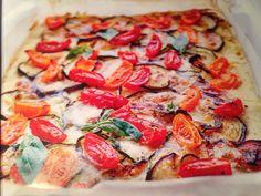 Pizza veggie     Pour la pâte :  100g de farine de riz complet 50g de farine de maïs  2c. à soupe de mix pour pain sans gluten  1sachet de levure sans gluten  2c. à soupe d'huile d'olive     Pour la garniture:  1 aubergine 1courgette  150g de tomate cerise jaune et rouge  125g de mozzarella  2 brins de basilic  Huile d'olive      Mélangez dans un saladier les farines avec le mix de pain ajoutez 3 pincés de sel 2.c à soupe d'huile d'olive et 180ml d'eau laissez reposer pendant la préparation…