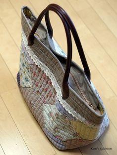 새로운 버전의 가방... : 네이버 블로그 Quilted Gifts, Quilted Bag, Yoko Saito, Patchwork Bags, Sewing Projects, Creations, Textiles, Quilts, Fabric