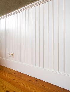 schlafzimmerwand beadboard Style At Home, Wood Paneling Makeover, Flur Design, Wainscoting Styles, Hallway Designs, Bright Homes, Wooden Doors, New Room, Victorian Homes