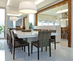 Mesa branca + cadeiras estofadas. Gosto muito deste tipo de pendente em tecido para mesas de jantar. Projeto Luciana Tomas, revista Casa Mix