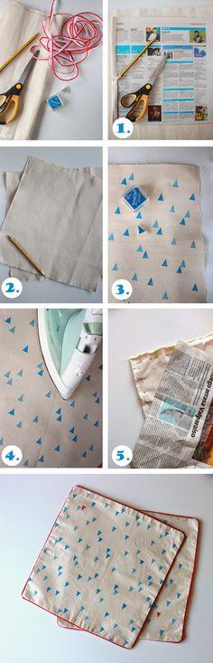 ... Y UN POCO DE DISEÑO: DIY: Manteles individuales estampados con sellos Craft Tutorials, Diy Projects, Textile Prints, Textiles, Stencil, Deco Paint, Fabric Stamping, Fabric Bags, Pillow Forms