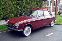 Pour ce samedi, une charmante Peugeot 204 avec sa galerie et ses pneus à flancs blancs