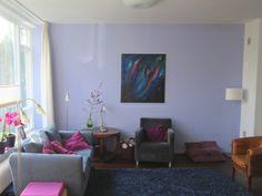 Lavendel- en cyclaamkleurige woonkamer.