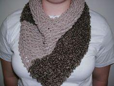 Receita de Tricô: Gola em Tricô Crochet Scarves, Crochet Shawl, Bow Scarf, Knitting Accessories, Crochet Projects, Needlework, Free Pattern, Scarfs, Cannes